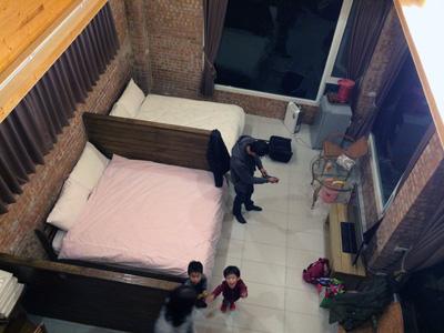 「風雅月筑民宿」6人用のコテージ「獨棟歐式6人房」の一階を二階から見下ろしたところ