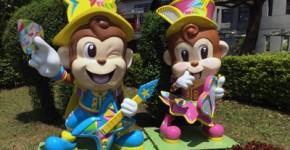 六福村のキャラクター哈比(猿の男の子)と哈妮(猿の女の子)