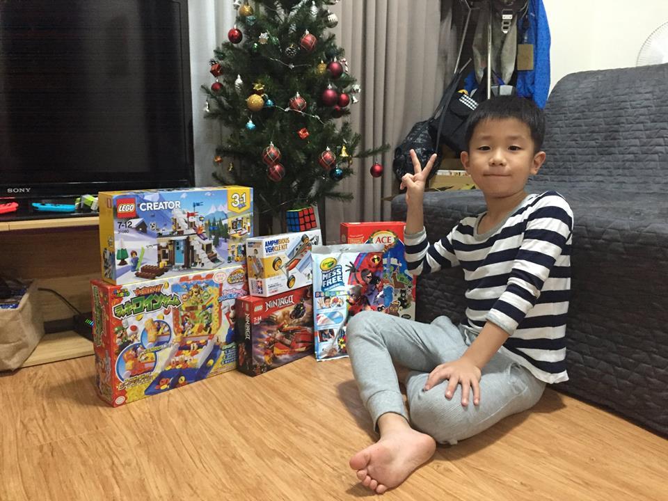 7歳の誕生日パーティを終えて、超嬉しそう。 7歲的生日趴對後,看起來他很開心!
