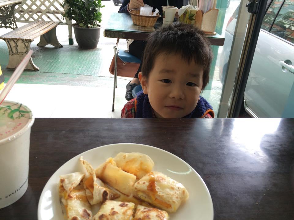 3歳の誕生日月。離婚後、台湾に戻ってきてまたプレッシャーのある環境下での生活が始まりました。私も緊張していたからか、彼も緊張した表情。 3歲的生日月。離婚之後回台北開始生活。因為我也有工作壓力所以天天很緊張,那時候兒子的表情也有一點緊張。
