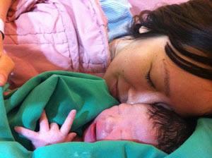 2011年12月5日、生まれてきてくれました。妊娠中はこんな状態で生まれてくる子をどうやって育てよう、と絶望の中で過ごしていたけれど、生まれてきてくれた時はとても嬉しかった。 2011年12月5號,兒子來我這裡。懷孕時候真的很難過,我一個人怎麼養他,很擔心。但看到他生出來的時候真的真的開心。