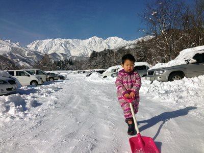 私が雪国・長野県小谷村&白馬村でシングルマザーになってすぐ、2歳に。毎日の雪かきを手伝ってくれました。写真はやっと入れた白馬の公営アパートの駐車場。毎朝出発前に30分の雪かきが必要でした。 我在日本長野縣小谷村&白馬村當單親媽媽的時候,兒子兩歲了。他幫我每天的鏟雪。照片是公寓的停車場。每天早上出門時候花了半小時鏟雪。
