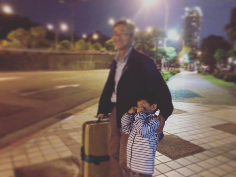5歳の誕生日直前。私と息子二人で胃腸炎になり、急遽日本から父が駆けつけてくれました(そして父も胃腸炎に…)。父が帰るのが寂しくて、心細くて仕方なかった。 5歲生日之前,我跟兒子兩個胃腸炎了。我爸爸從日本緊急飛過來,照顧我們(結果他也胃腸炎了…好可憐)。 我爸回去日本的時候我們兩個很寂寞。